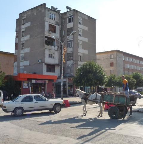 01_albanien_zwischen_mercedes_und_pferdewagen.jpg