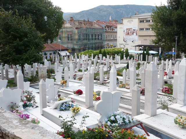 05_Graeber_im_Stadtpark_Mostar.JPG