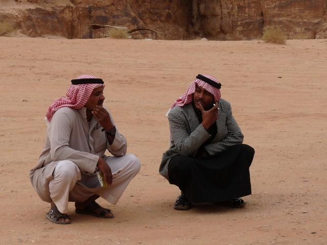 32_wadi_rum_beduinen_fremdenfuehrer_im_gespraech.jpg