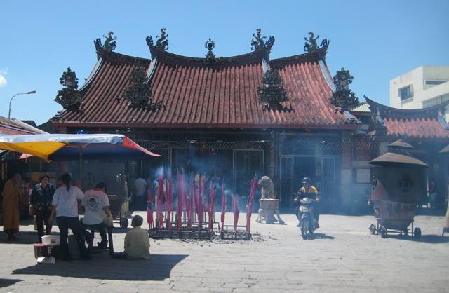 13a_mega_raeucherstaebchen_vorm_kuan_yin_tempel_in_penang.jpg