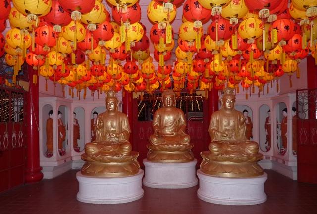 17_leuchtende_lampions_und_buddhas_im_inneren.jpg