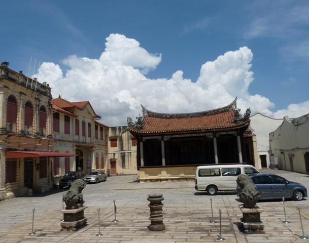 19_gewitterwolken_hinterm_tempel.jpg