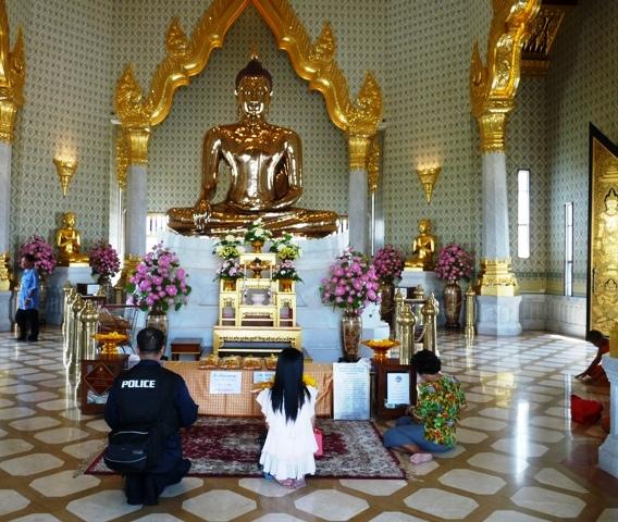 08_gebet_vorm_goldenen_buddha.jpg